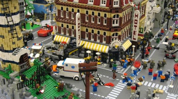 Eine Lego-Stadt wird von Zombies angegriffen
