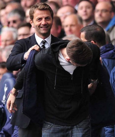 Tottenham Trainer Tim Sherwood holt besserwisserischen Fan auf die Trainerbank