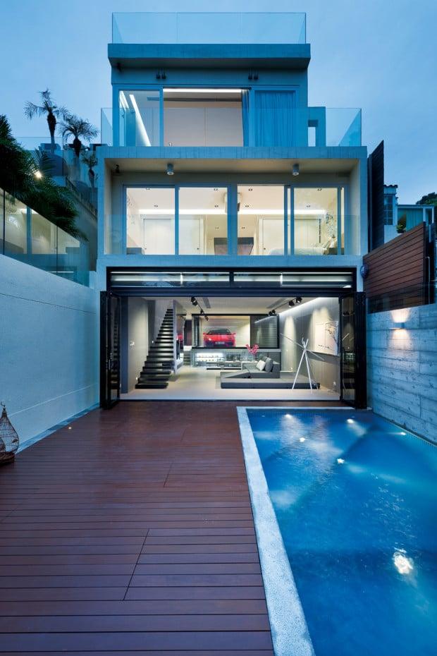 Das Sai Kung House und im Wohnzimmer steht der Sportwagen