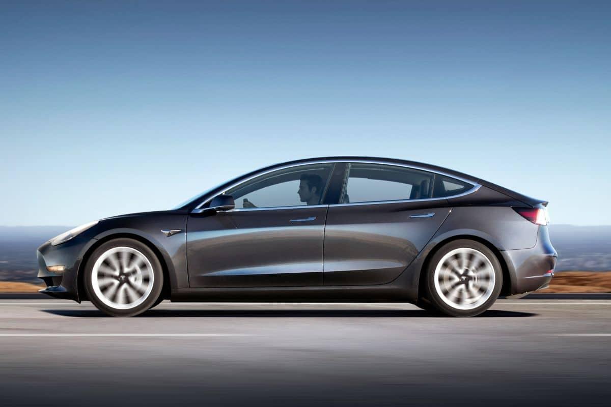 Der Dual Motor Allradantrieb des Model S ist herkömmlichen Allradantrieben in jeder Hinsicht überlegen. Dank der zwei Motoren - einem an der Vorder- und einem an der Hinterachse - kann das Model S das Drehmoment an den Vorder- und Hinterrädern separat steuern.